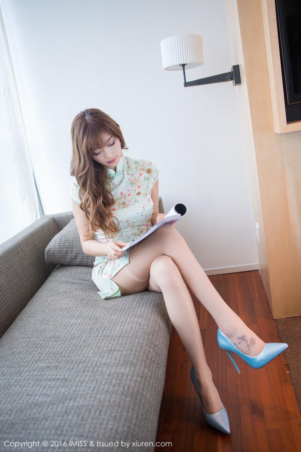 丝袜女神花色旗袍脚上的纹身尤其性感
