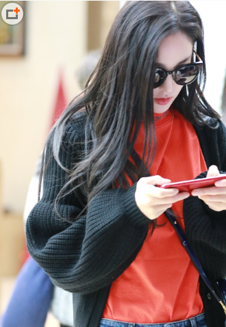 娜扎红衣黑发甜美 手机不离手走路都在打游戏 1