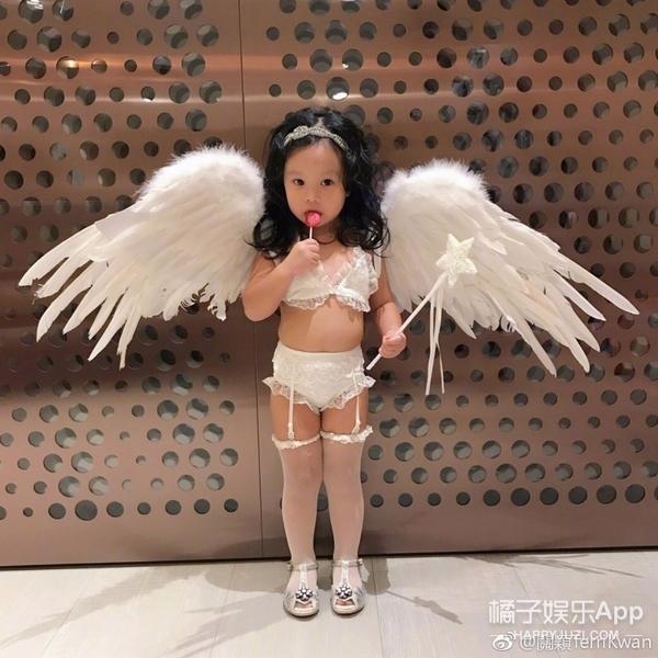 让2岁女儿穿蕾丝内衣吊带袜的关颖让网友愤怒了 1