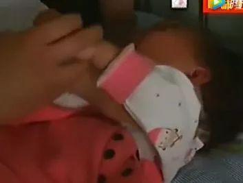 """爸爸学""""抖音""""失手致2岁宝宝头着地脊髓受伤!这些动作千万别模仿! 6"""