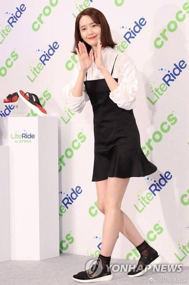林允儿衣品真差!黑白套装裙很少女可这凉鞋搭丝袜可太土鳖了! 2