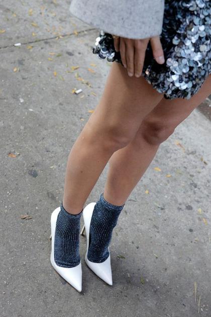 金丝袜子配白色高跟鞋街拍