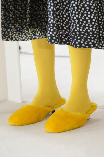 Shrimps的黄色丝袜配黄色拖鞋