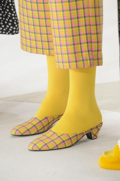 vivienne westwood彩色丝袜配同色鞋