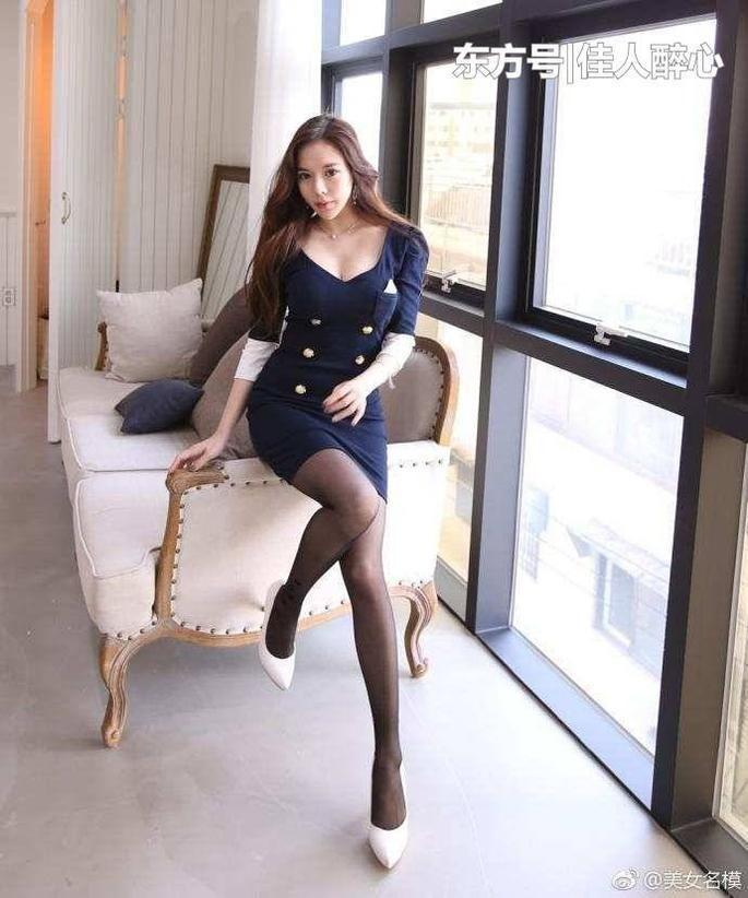 紧身裙搭配黑丝袜 性感不是一句话能说完的 1