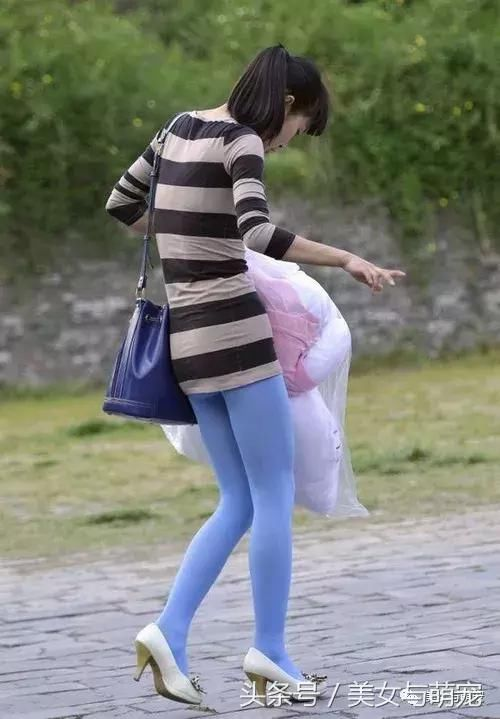 街拍丝袜美女这么穿你也很美