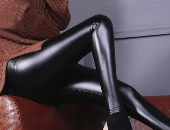 别再穿丝袜打底裤了!今年流行皮裤+毛衣 美爆了 15