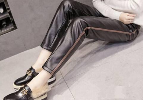 别再穿丝袜打底裤了!今年流行皮裤+毛衣 美爆了 19