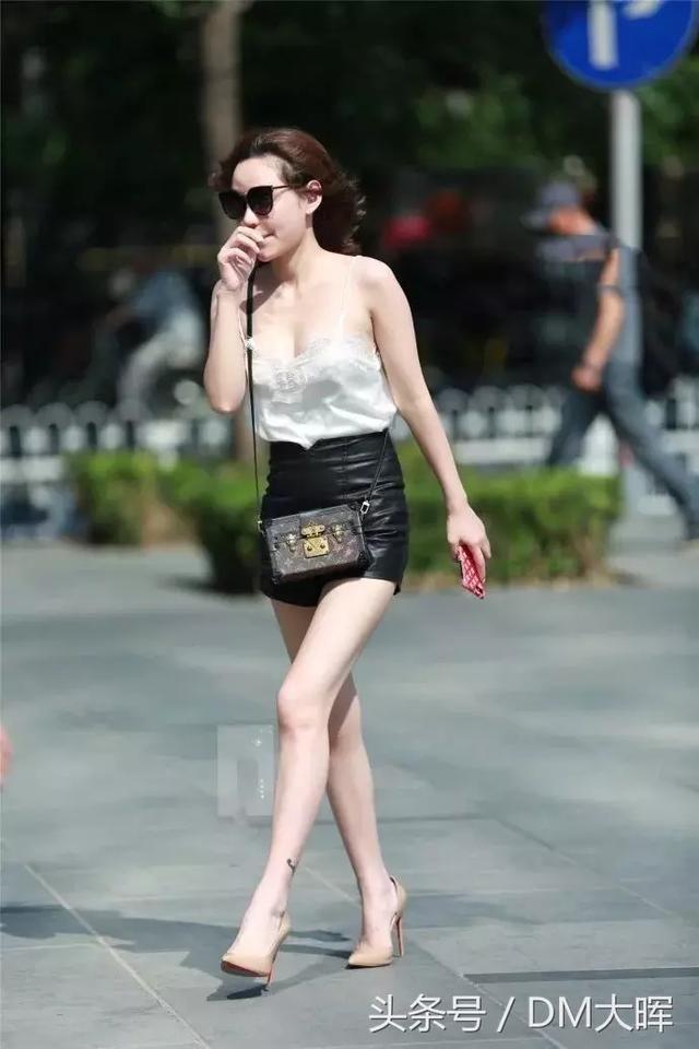 街拍:美女吊带裙的设计真心不错大长腿真的好撩人 5