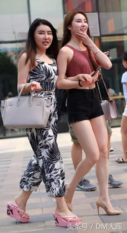 街拍:美女吊带裙的设计真心不错大长腿真的好撩人 1