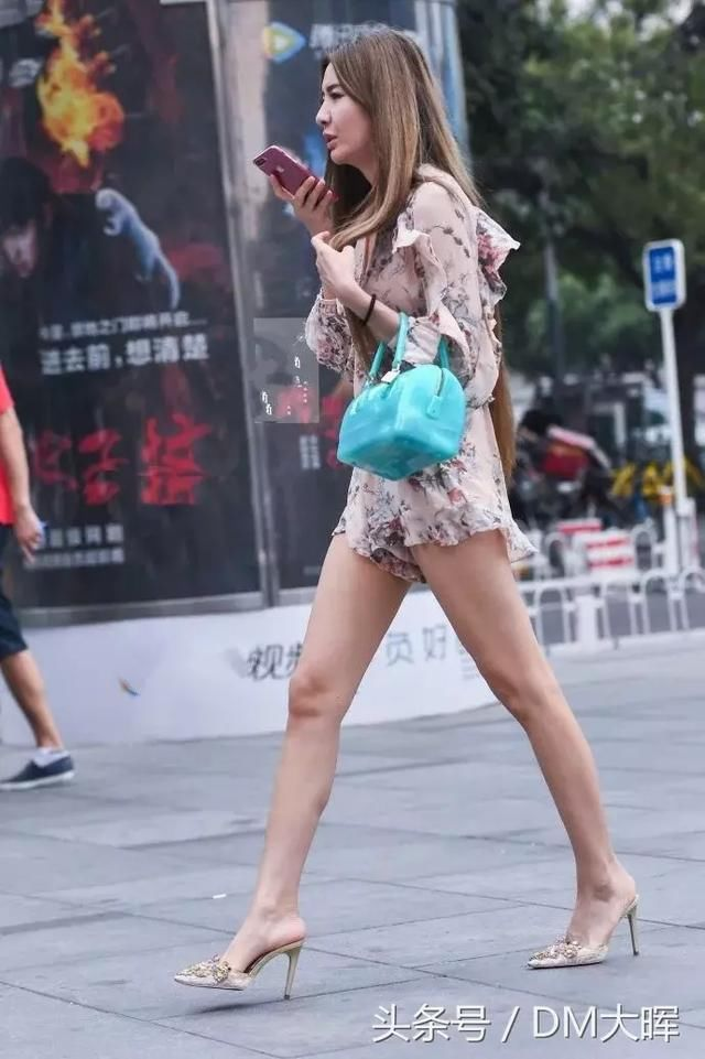 街拍:美女吊带裙的设计真心不错大长腿真的好撩人 4