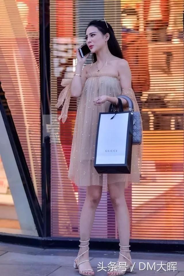 街拍:美女吊带裙的设计真心不错大长腿真的好撩人 3