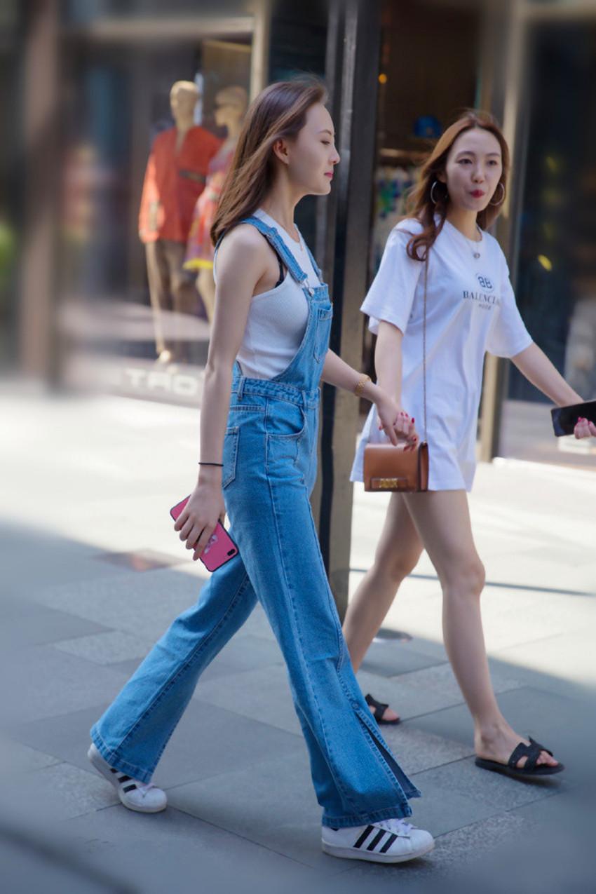 街拍:图1吊带牛仔裤长腿很抢眼图4短皮裙配丝袜时尚迷人