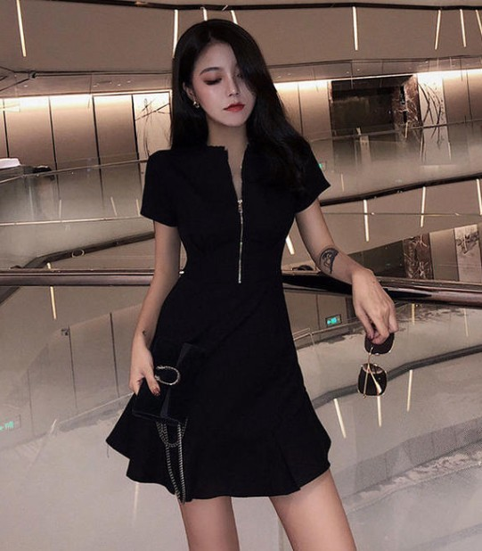 美女黑裙子搭配黑丝袜穿出不一样的味道