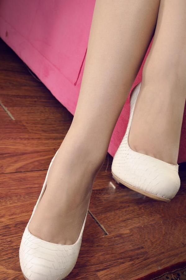 红色短裙遇上肉丝高跟鞋白皙双腿优雅身姿 3