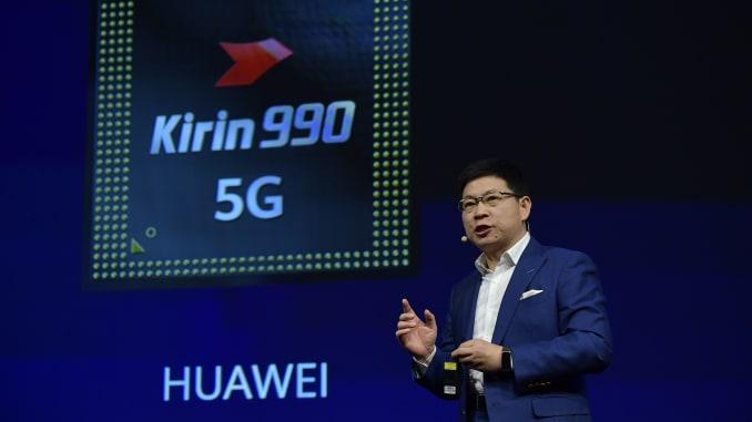 华为消费者业务负责人余承东(于承东)在2019年9月6日于柏林举行的国际电子与创新博览会IFA上展示麒麟990 5G芯片组时发表讲话。