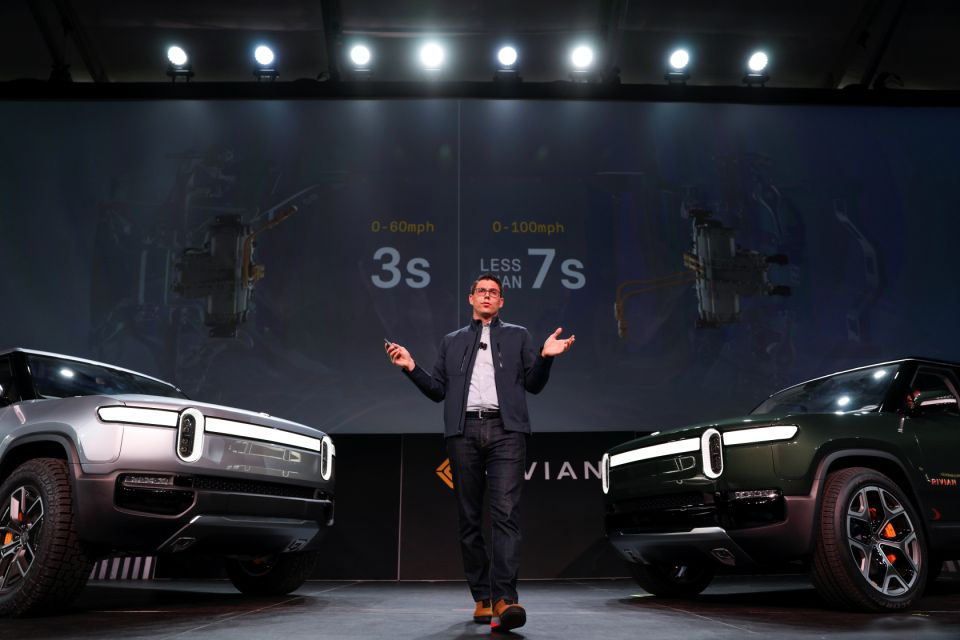 Rivian 35岁的首席执行官RJ Scaringe在2018年11月27日在美国加利福尼亚州洛杉矶的洛杉矶车展上介绍了他公司的R1T全电动皮卡车和全电动R1S SUV路透社/迈克·布雷克