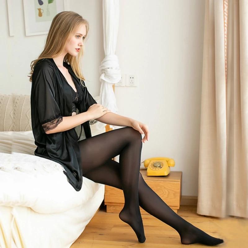 23岁女大学生穿丝袜配平底鞋