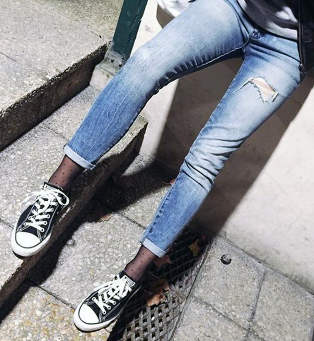 23岁女大学生穿丝袜配平底鞋 3