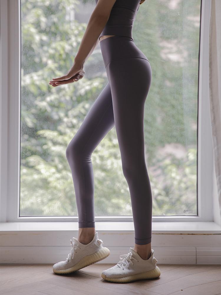 时尚美女穿紧身瑜伽裤翘臀又好看