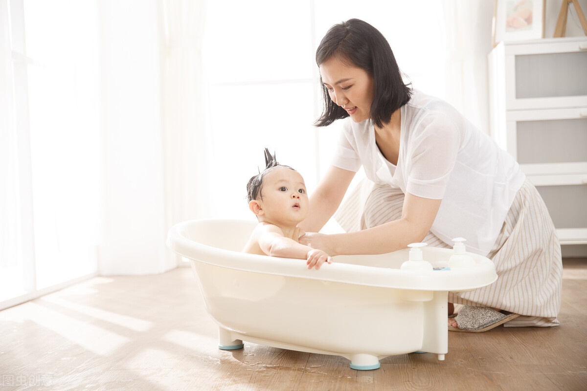 安全地给宝宝洗澡,但不要太频繁